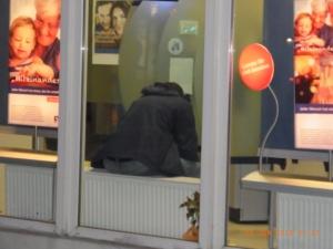 """Nächtliche """"Gäste"""" verunsichern zunehmend Bankkunden. Foto: Birnbaum"""